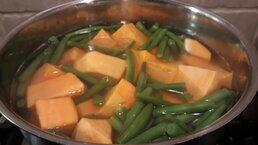 zoete aardappel en haricots verts in pan